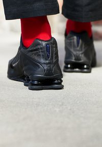 Nike Sportswear - SHOX R4 - Trainers - black/white - 7