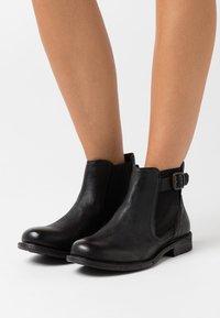 Levi's® - MAINE CHELSEA - Kotníková obuv - regular black - 0