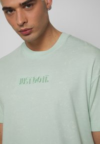 Nike Sportswear - Print T-shirt - pistachio frost - 4