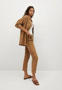 Mango - Leather trousers - mittelbraun - 4