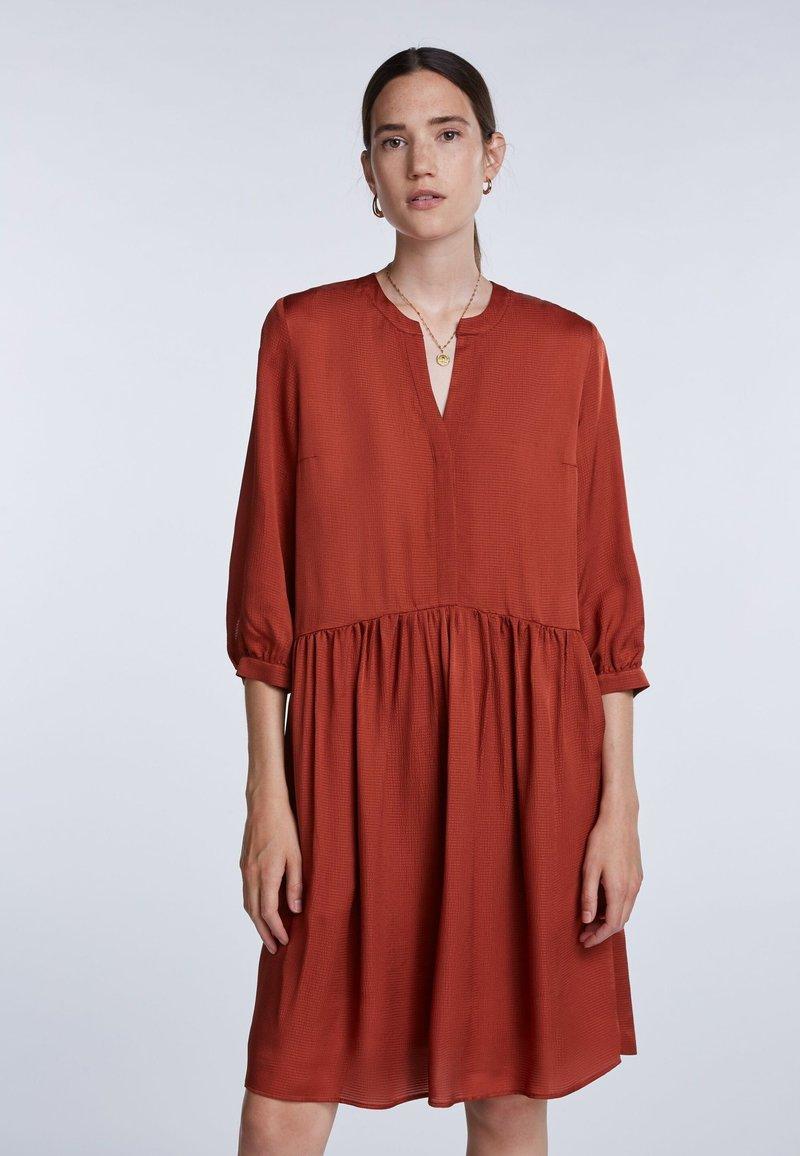 SET - LÄSSIGES MIT GERÜSCHTEM SAUM - Shirt dress - maroon