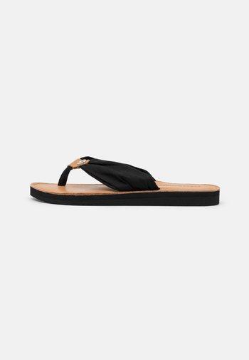 FOOTBED BEACH - Sandalias de dedo - black