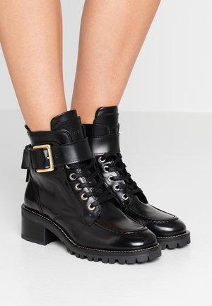 DJUNA AUBINE - Lace-up ankle boots - black