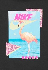Nike Sportswear - M NSW BEACH FLAMINGO - T-shirts print - black - 6