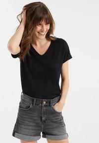 WE Fashion - Basic T-shirt - black - 0