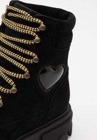 CHIARA FERRAGNI - HIKING HEART - Platform ankle boots - black - 4