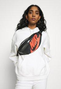 Nike Sportswear - HERITAGE - Bum bag - black/laser crimson - 4