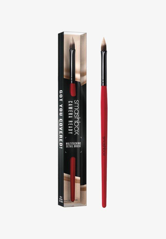 MULTITASKING DETAIL BRUSH - Pinceau maquillage - -