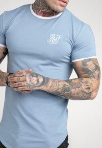 SIKSILK - HERITAGE GYM TEE - Basic T-shirt - faded denim - 4