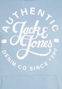 Jack & Jones - JJHEROS HOOD - Luvtröja - faded denim - 2