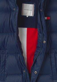 Tommy Hilfiger - OVERSIZED UNISEX - Kabát zprachového peří - blue - 3