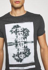 Q/S designed by - KURZARM - Print T-shirt - black - 4
