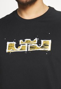Nike Performance - DRY LOGO TEE - Print T-shirt - black/gold dart - 5