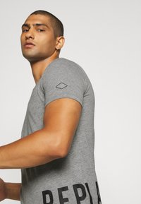 Replay - T-shirt con stampa - grey - 4
