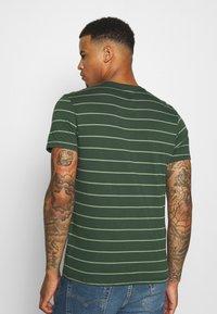 Levi's® - CREWNECK 2 PACK - T-shirt con stampa - python green - 2