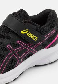 ASICS - JOLT 3 UNISEX - Neutrální běžecké boty - black/hot pink - 5