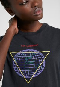 Han Kjobenhavn - ARTWORK TEE - Print T-shirt - faded black - 5