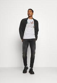Mennace - MENNACE TRACK BUTTERFLY REGULAR - Print T-shirt - grey - 1