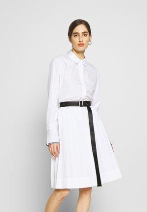 DRESS LOGO BELT - Skjortekjole - white