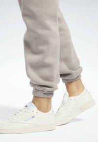 Reebok Classic - CLASSICS COZY - Pantalon de survêtement - grey - 4