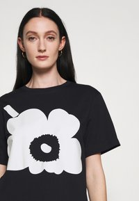 Marimekko - KIOSKI HIEKKA UNIKKO PLACEMENT T-SHIRT - T-shirt z nadrukiem - black/off white - 4