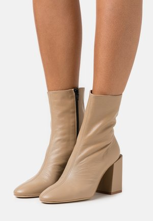 BLOCK BOOT  - Botines - sand