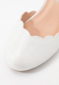 Wallis Wide Fit - Morsiuskengät - white shimmer - 2