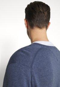Tommy Hilfiger - V NECK - Stickad tröja - faded indigo heather - 4
