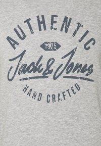 Jack & Jones - JJHERO CREW NECK - Bluza - light grey melange - 6