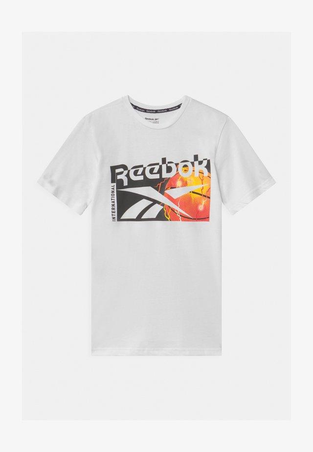 BASKETBALL UNISEX - T-shirt z nadrukiem - white