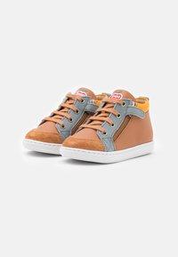 Shoo Pom - BOUBA BI ZIP - Baby shoes - light camel/jeans/jaune - 1
