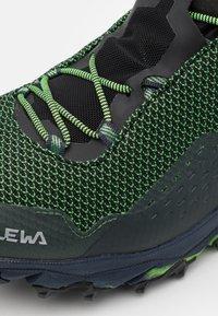 Salewa - ULTRA FLEX 2 MID GTX - Chaussures de marche - raw green/pale frog - 5