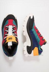 Cat Footwear - INTRUDER - Zapatillas - black/scarlet/north sea/blueprint/yellow - 1