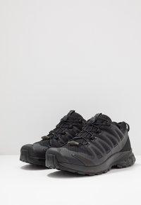 Salomon - XA PRO 3D V8 - Běžecké boty do terénu - black - 4