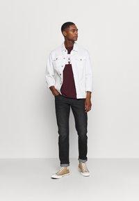 GAP - T-shirt con stampa - pinot noir - 1