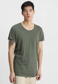 Jack & Jones - JJEBAS TEE - T-shirt basic - thyme - 0
