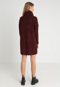ONLY - ONLJANA COWLNECK DRESS  - Pletené šaty - chocolate truffle - 2