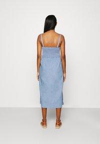 Vila - VIFANZI MIDI STRAP DENIM DRESS - Denimové šaty - light blue - 2