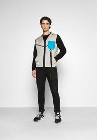 Nike Sportswear - VEST - Väst - stone - 1