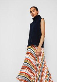 Victoria Victoria Beckham - PLEATED STRIPE SKIRT - Pleated skirt - multi - 5