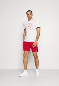 Under Armour - CREST  - Print T-shirt - onyx white - 1