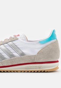 adidas Originals - SL 72 UNISEX - Zapatillas - footwear white/metallic silver/grey one - 5