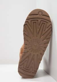 UGG - MINI BAILEY BOW - Stiefelette - chestnut - 8