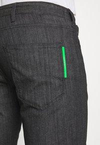 Emporio Armani - NEON - Jeans Slim Fit - nero/verde - 4