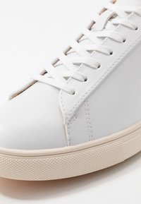 Clae - BRADLEY VEGAN - Matalavartiset tennarit - white/navy - 5