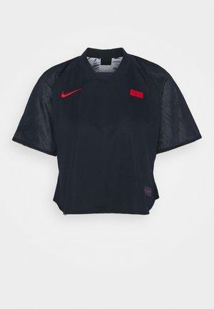 FRANKREICH - Club wear - dark obsidian/white/university red