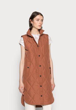 KAMERIA QUILTED WAIST COAT - Waistcoat - russet