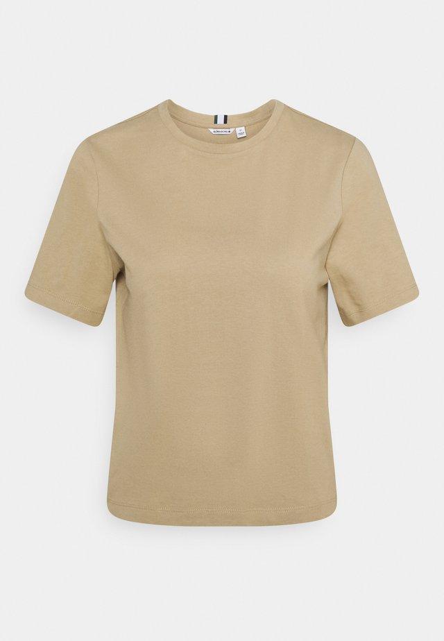 MICHAELA TEE - T-shirts - cornstalk