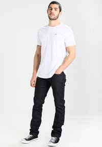 Tommy Jeans - ORIGINAL TEE REGULAR FIT - Jednoduché triko - classic white - 1