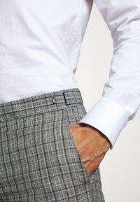 HUGO - Oblekové kalhoty - silver - 5